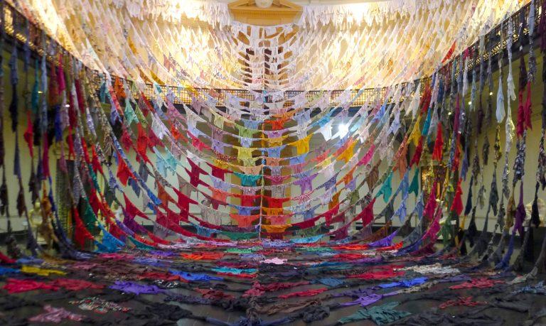 La Ropa como memoria, la instalación de arte que  Kaarina Kaikkonen realizó en Chile