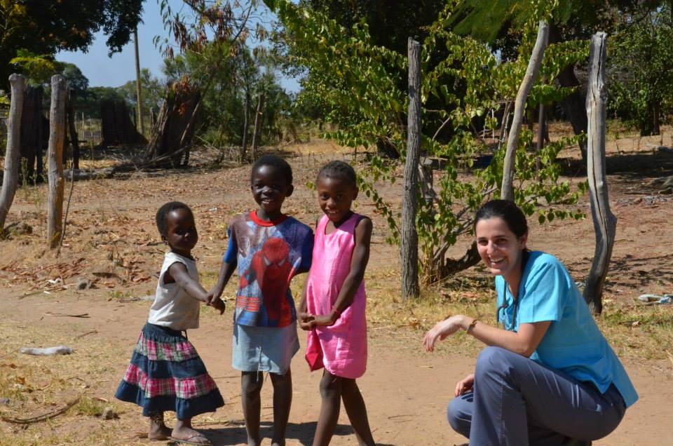 Jovenes médicos chilenos dedican un año a servir en el corazón de África