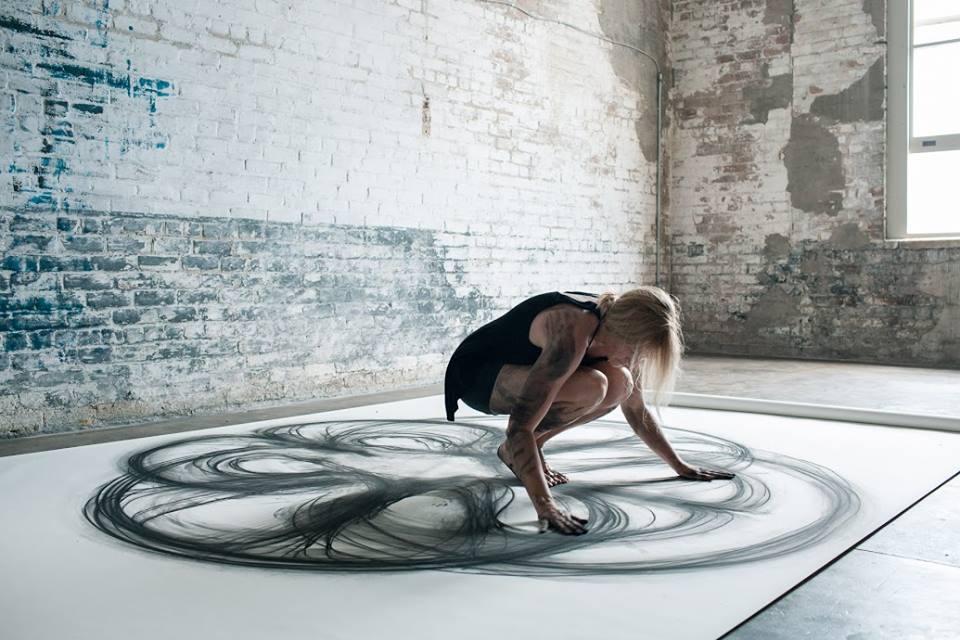 Heather Hansen, la artista que baila y dibuja al mismo tiempo