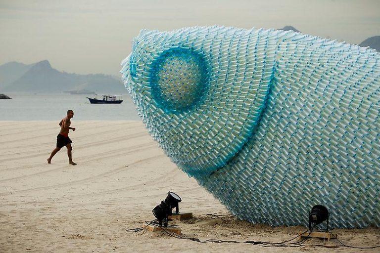 Increíbles peces fabricados con botellas se construyeron hace a dos años en una playa de Río de Janeiro