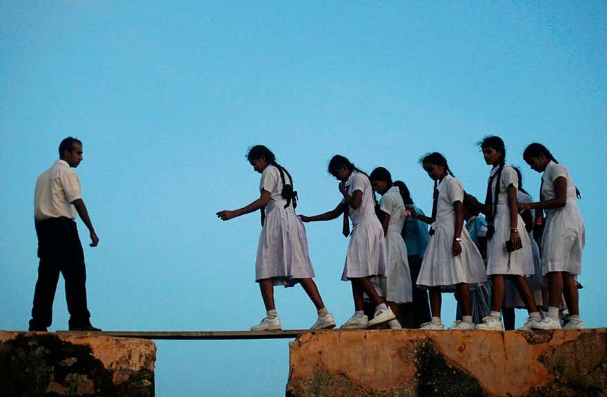 En muchos lugares del mundo niños luchan día a día para poder llegar a recibir su educación viajando por los caminos más increibles