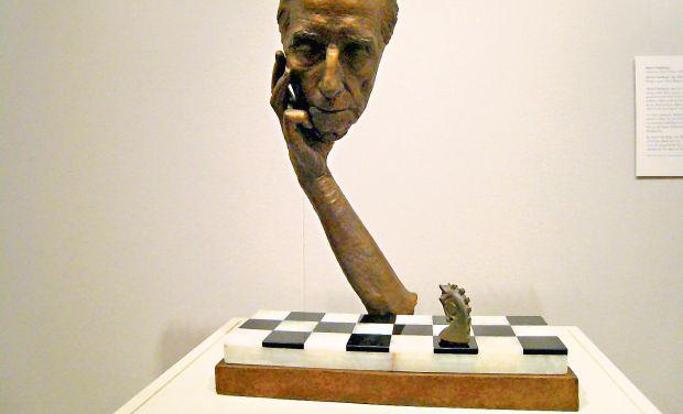 Duchamp, Dalí y Man Ray juegan ajedrez en Santiago