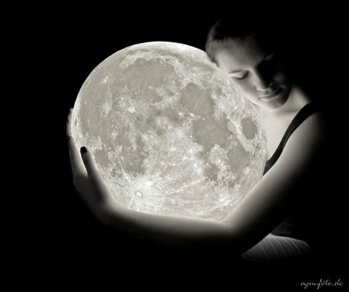 mujer-amando-a-la-luna