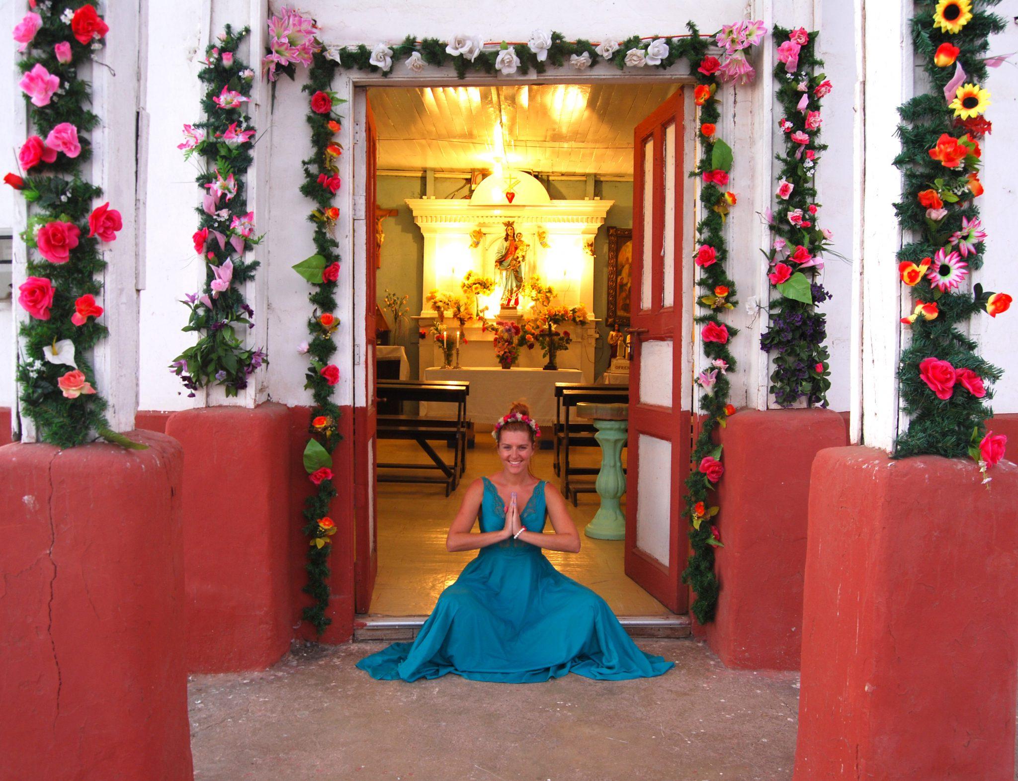 La Iglesia del pueblo de Incahuasi me encandilo con sus flores en medio del desierto