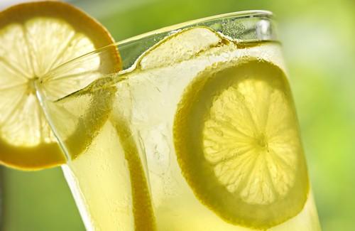 10 beneficios increíbles de tomar agua con limón