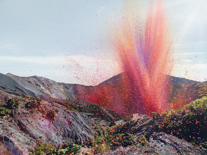 ¿Te imaginas que miles de flores fueran expulsadas por un volcán, decorando ríos y calles de una ciudad?