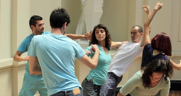 Intervención artística invita a bailar a los integrantes del Museo Nacional de Bellas Artes