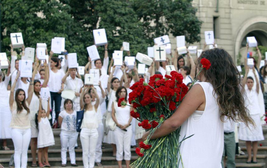 """""""Mujeres de Blanco"""" Una acción de luz, que defiende la vida por medio del arte"""