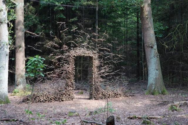 La Artista Cornelia Konrads desafia la gravedad con su arte en la naturaleza