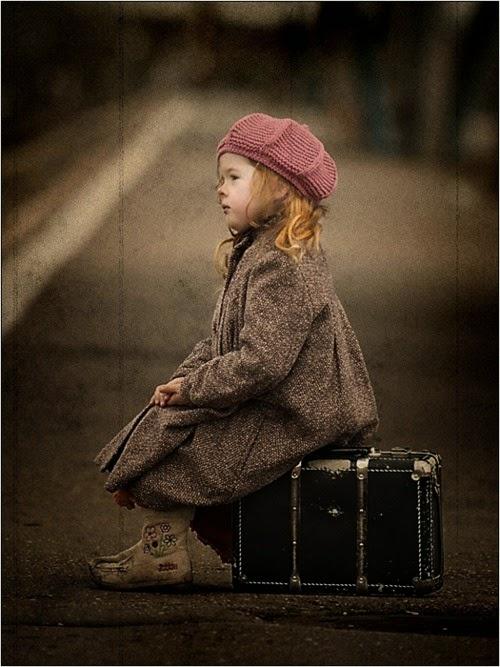niña maleta