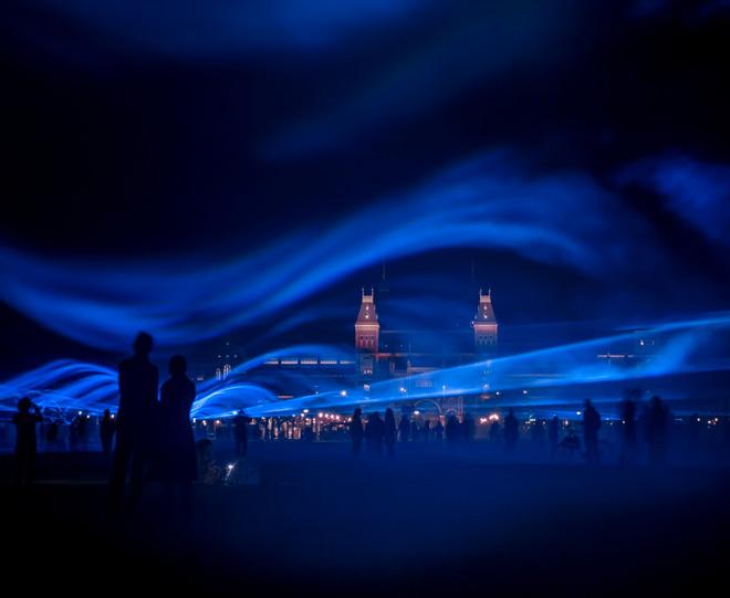 Artista sumerge Amsterdam bajo olas luminosas para crear conciencia con el agua
