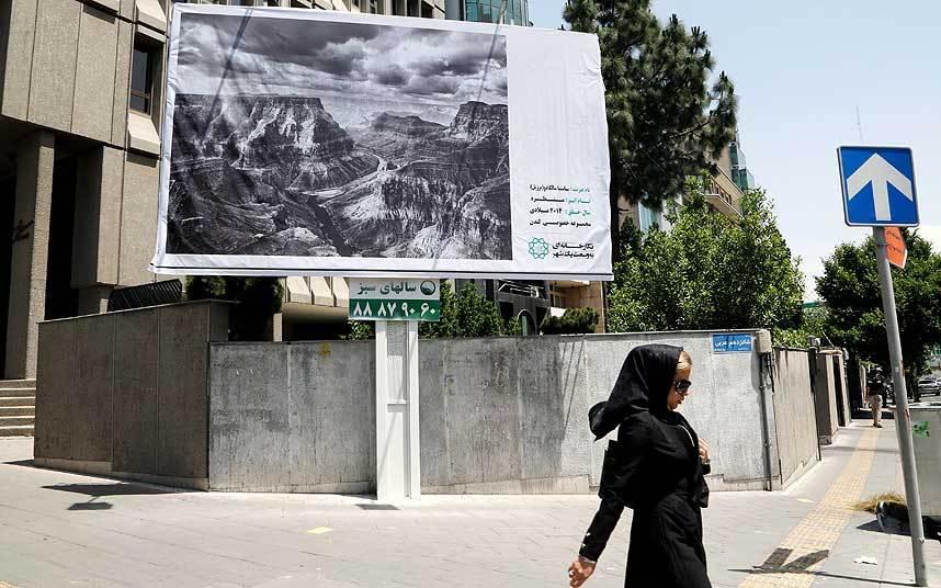 """""""Una galería tan grande como una ciudad"""" Irán convirtió las calles de su capital en una enorme galería de arte"""