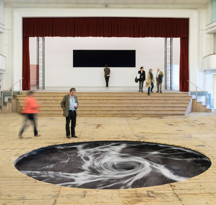 «Perpetual Black Water Whirlpool» nueva interesante obra del gran Anish Kapoor's expuesta en Italia
