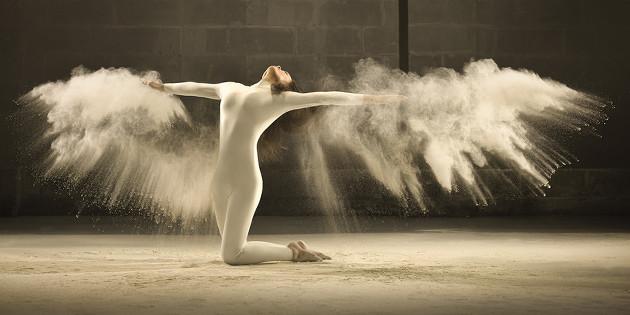 Gran explosión sensorial de una danza congelada entre nubes de polvo blanco