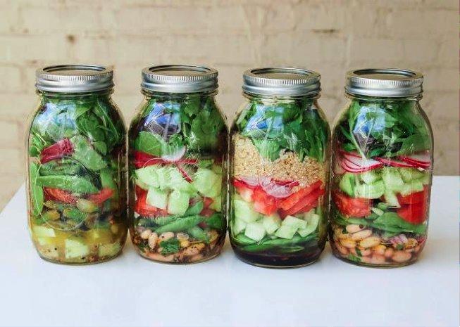 Evita contenedores de plástico, recicla frascos de vidrio para llevar tu comida.