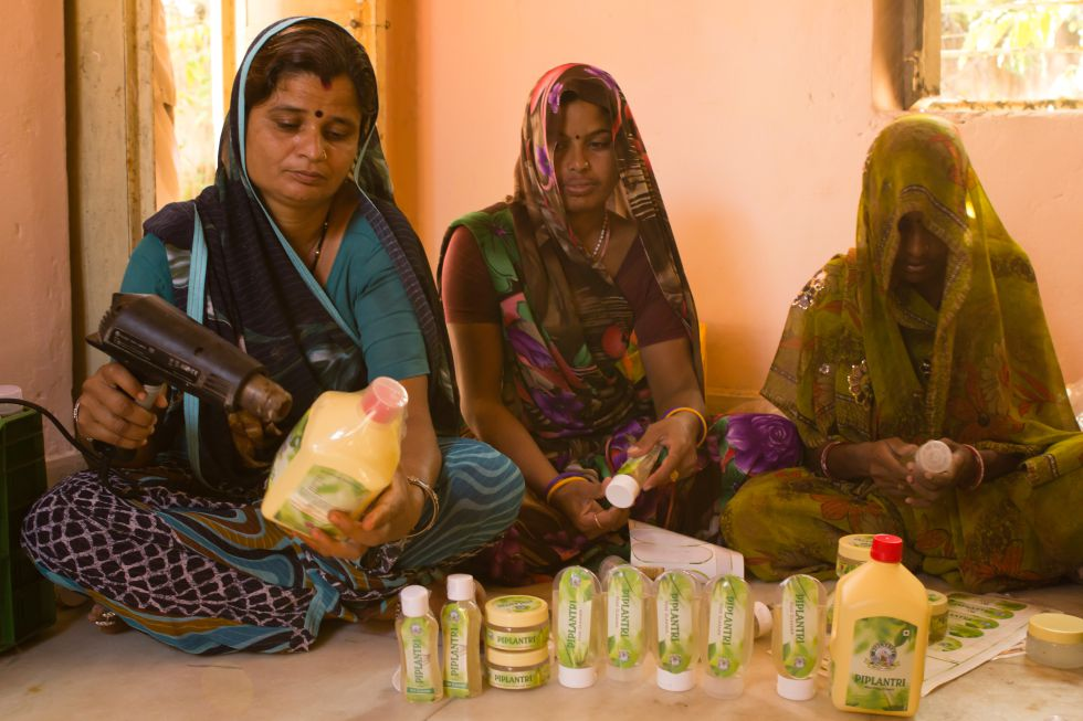 Kala Devi (izquierda) y otras nueve mujeres se benefician de la producción y venta de productos confeccionados con aloe vera como parte del proyecto