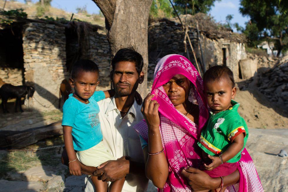 Lalitha y su marido Gehari Lal Bhalai tuvieron que firmar una declaración jurada para comprometerse a preservar el depósito económico de Puja (en brazos de su madre) hasta su mayoría de edad