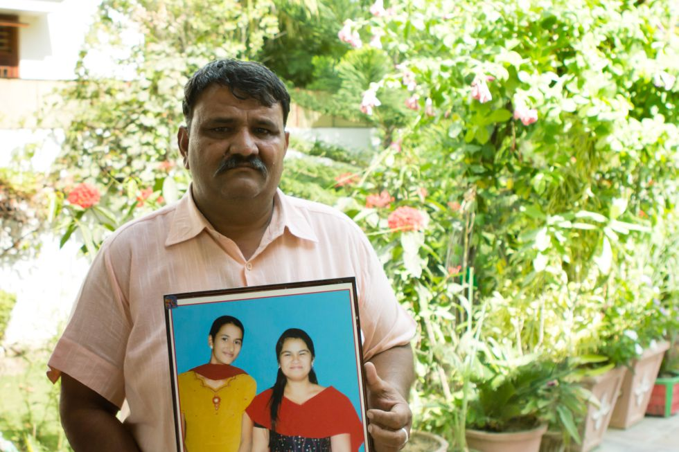 Shyam Sundal Paliwal concibió la idea de plantar 111 árboles por cada niña que naciese tras la muerte de su hija Kiram (a la derecha en el retrato)
