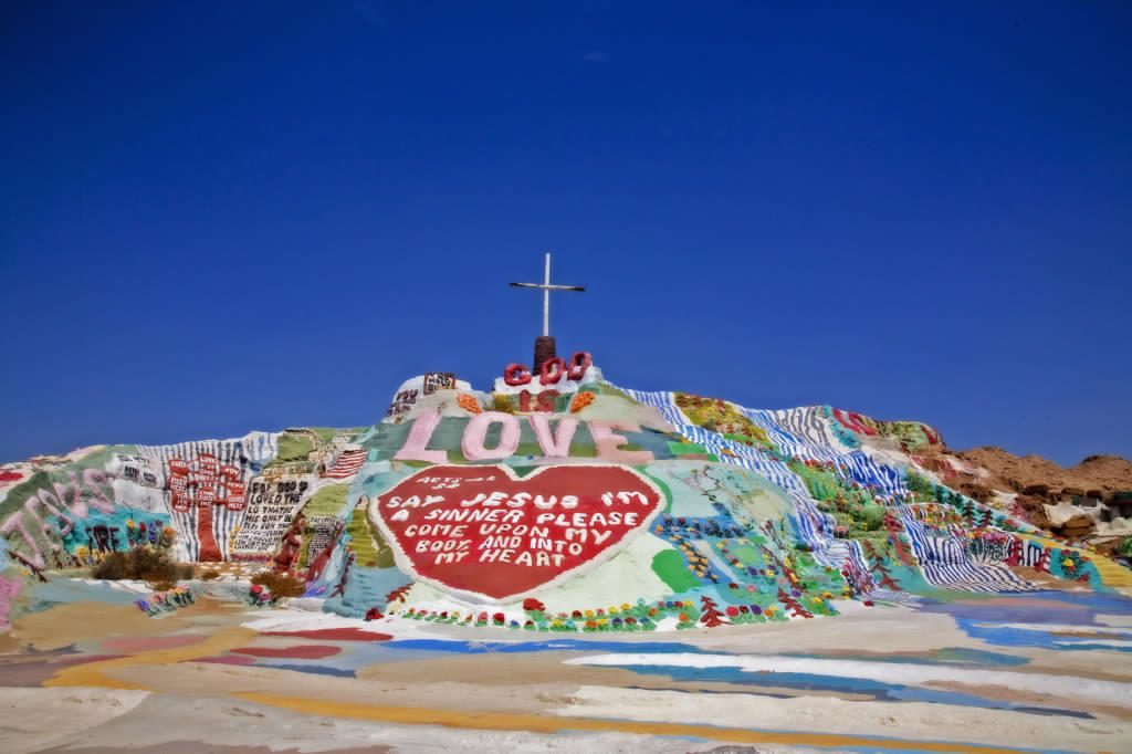 La historia  de Leonard Knight y su montaña mágica «Salvation Mountain»