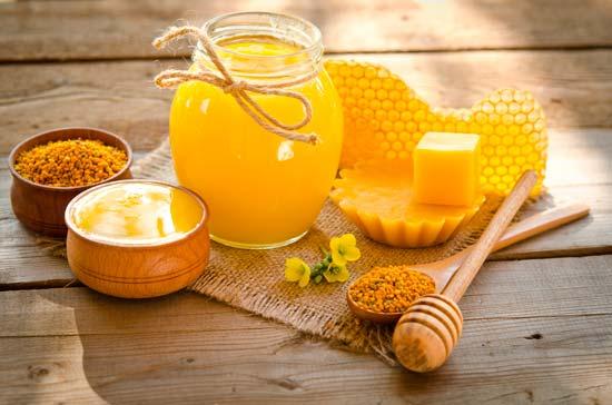 La Miel, el Polen y el Propoleo también son parte de la apiterapia medicina natural que nos regalan las abejas