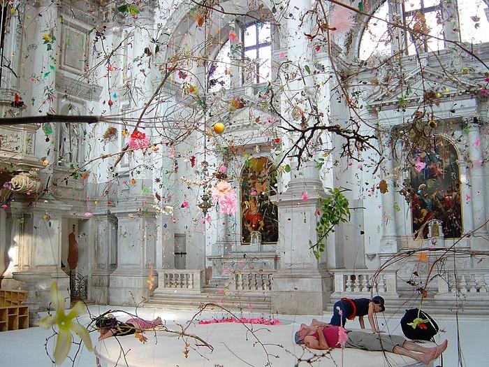 «Fallen Garden» instalación de Gerda Steiner y Jorg Lenzlinger