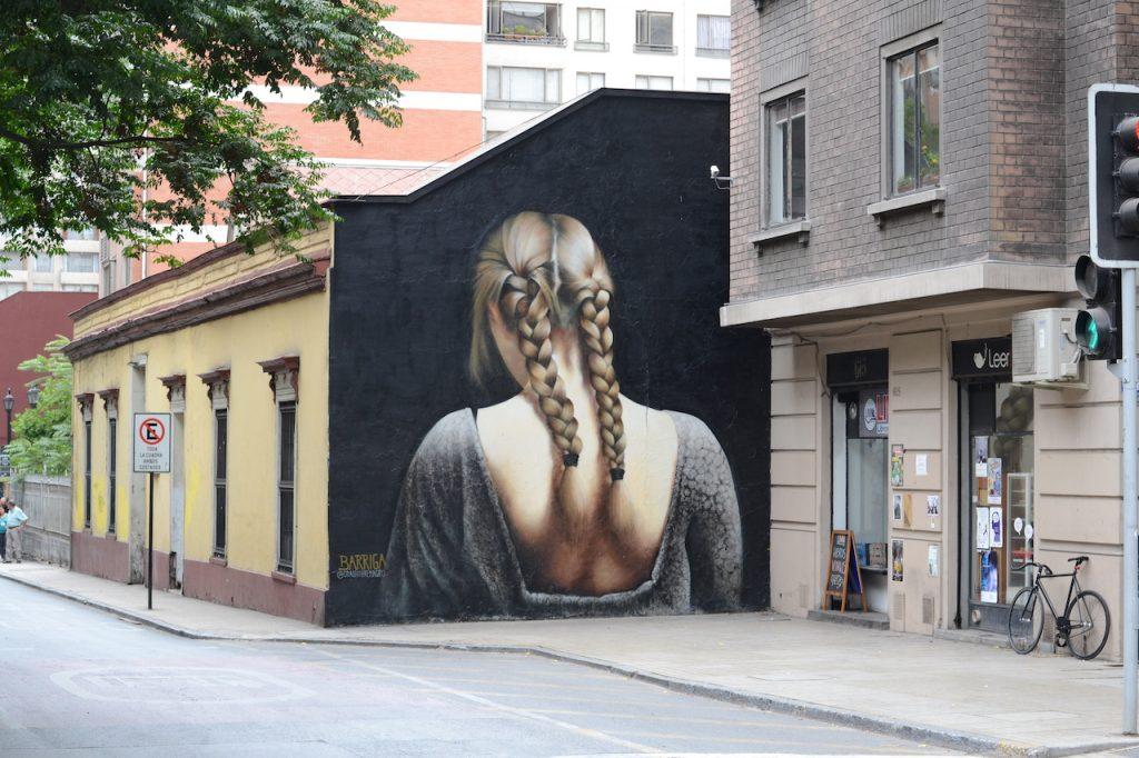 """El artista detrás de """"Ganza"""" el bello mural de una mujer, que a cautivado a muchos en el centro de Santiago"""