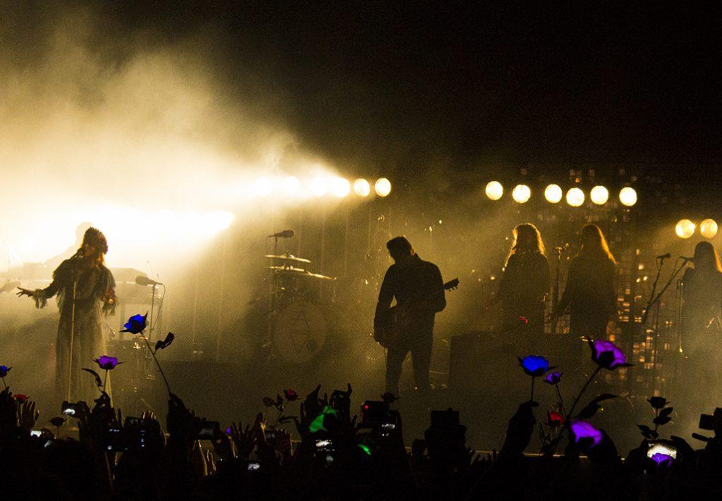 """""""Mil Flores para Florence"""" un mar de flores recibió a Florence and the Machine en Chile"""