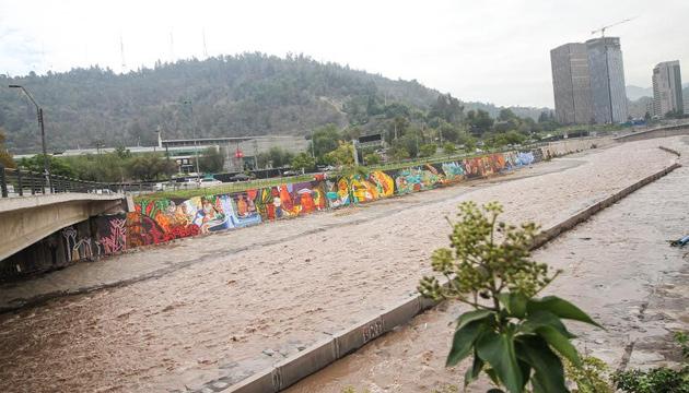 FESTIVAL LA PUERTA DEL SUR INAUGURA MURAL DE 200 METROS EN LA RIBERA DEL RÍO MAPOCHO