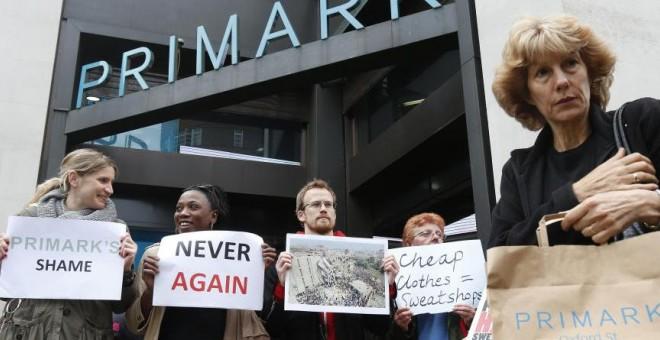 Protestas-delante-de-una-tienda-de-Primark-por-la-tragedia-de-Bangladesh.-REUTERS.-