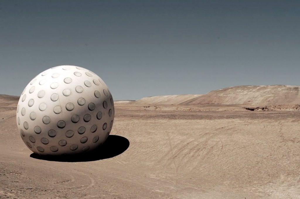 """""""Juego mixto"""", la enorme pelota de golf de Dagmara Wyskiel, aterriza en el MAC"""