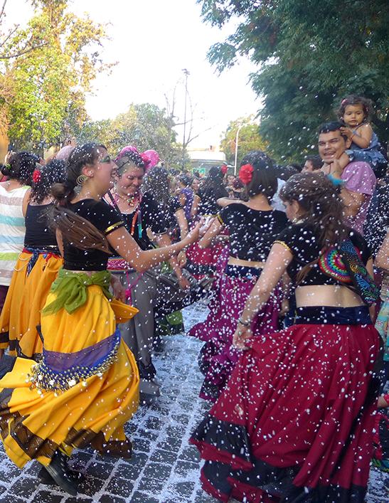 La colorida y alegre Fiesta del Roto Chileno en el Barrio Yungay