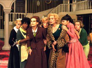 Emmanuelle BŽart (Louise), Firmine Richard (Mme Chanel), Isabelle Huppert (Augustine), Danielle Darrieux (mamy, la grand-mre), Catherine Deneuve (Gaby), Virginie Ledoyen (Suzon) et Ludivine Sagnier (Catherine)