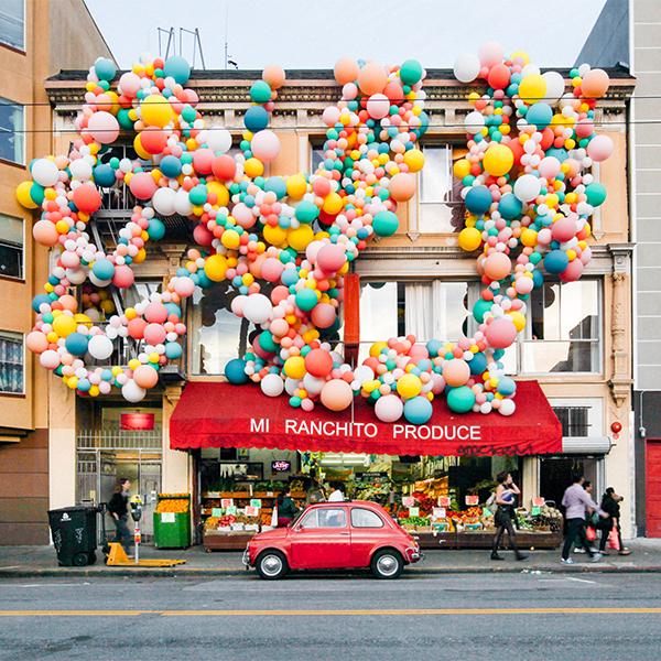 La artista Jihan Zencirli se embarcó en una vida de helio, y látex creando arte y fiestas con globos