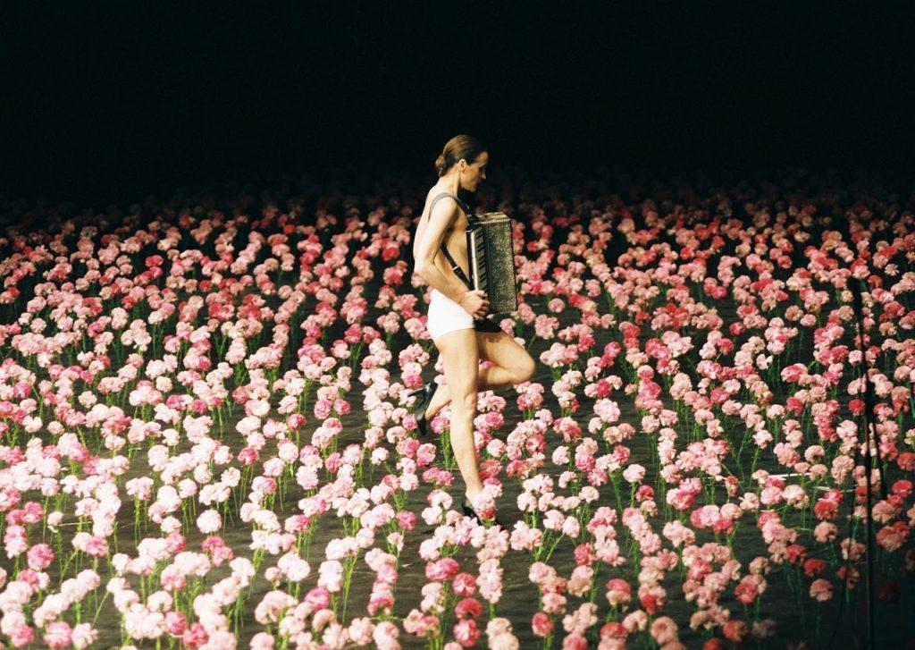 """La bella escenografía floral de la obra """"Nelken"""" de Pina Bausch"""