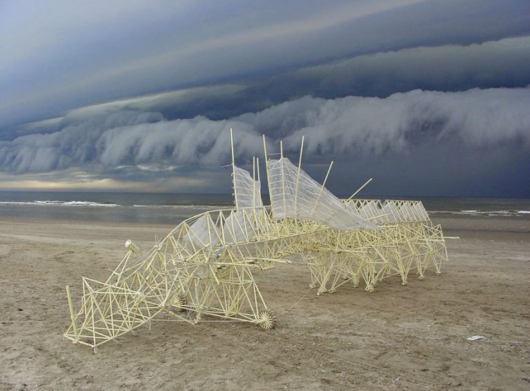 Strandbeests: Los caminantes cinéticos accionados por el viento