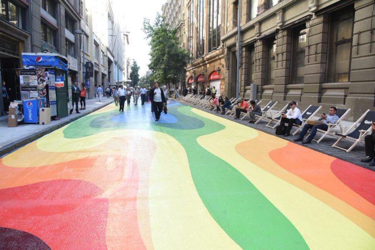 El centro de Santiago se viste de colores en el nuevo Paseo Banderas