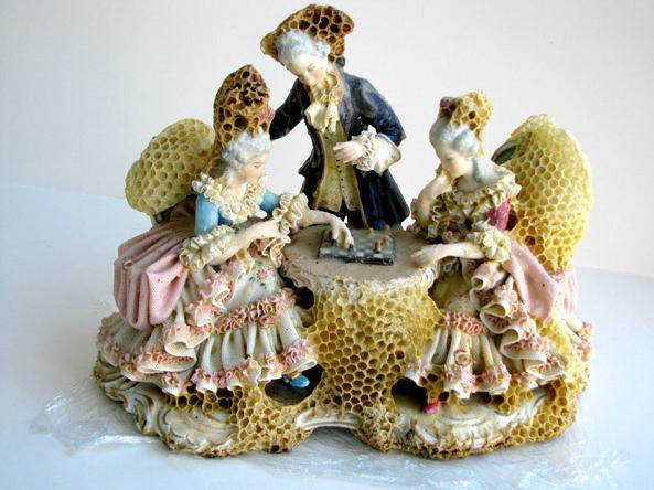 Artista crea esculturas envueltas en panales para colaborar con las abejas
