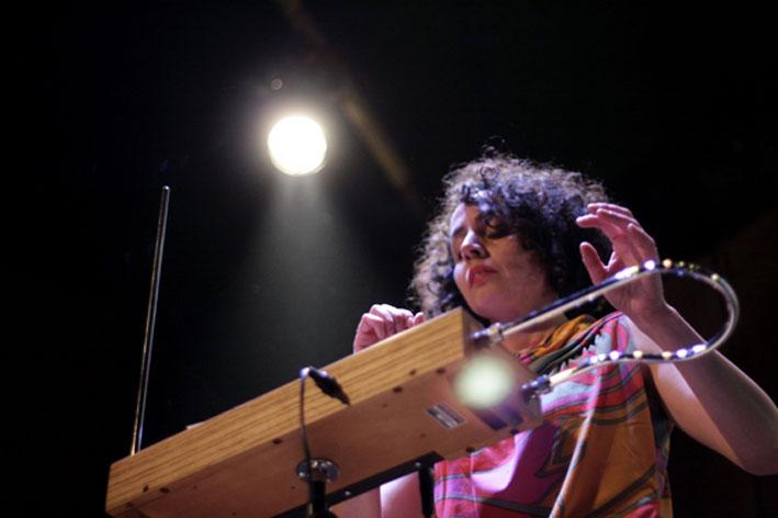 Agnes Paz, la artista chilena que toca el instrumento que no se toca