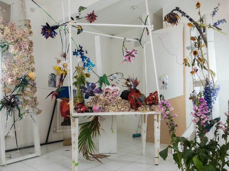 Las Flores de William Farr  realizada con páginas de la revista LOVE