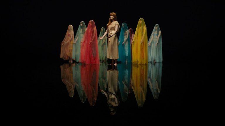 La mágica danza sobre el agua creada por Florence Welch y Akram Khan