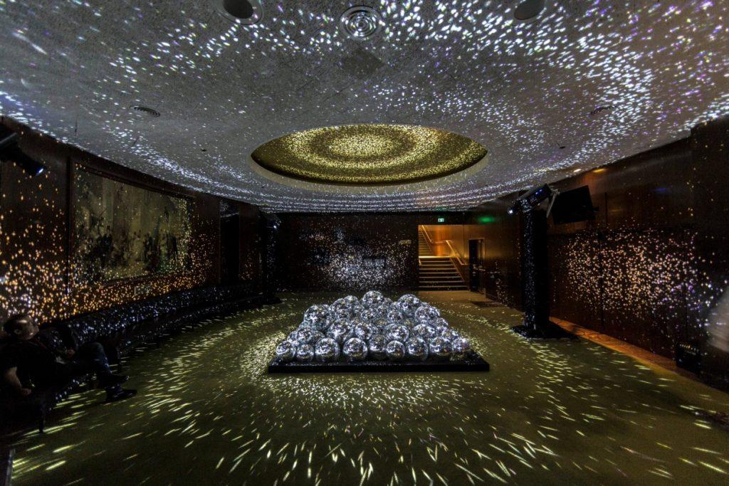 """Light Leaks"" iluminar una sala con 50 pelotas de discoteque"