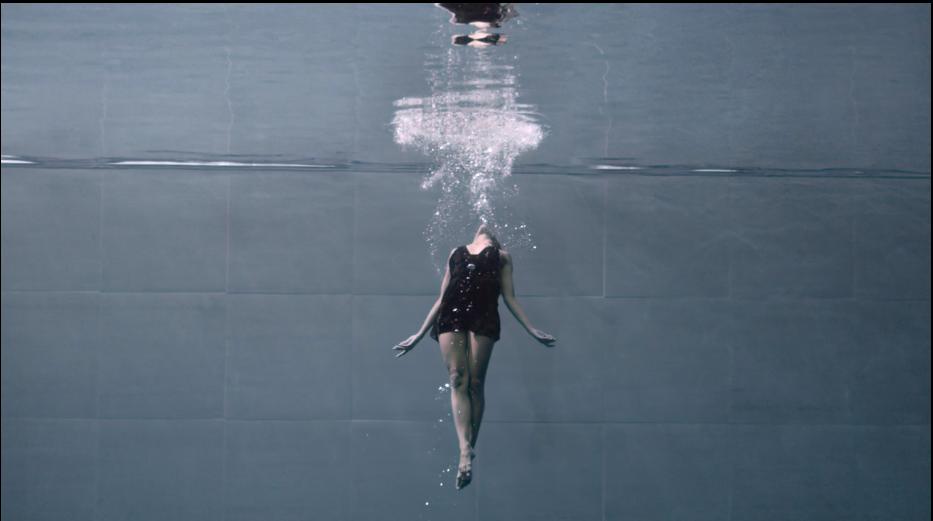 """""""AMA"""", danza bajo el agua dedicada a todas las mujeres del mundo"""