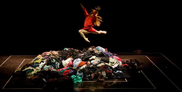 """""""Simulacro de Alta Costura""""  obra de danza chilena que utiliza la memoria de la ropa usada"""