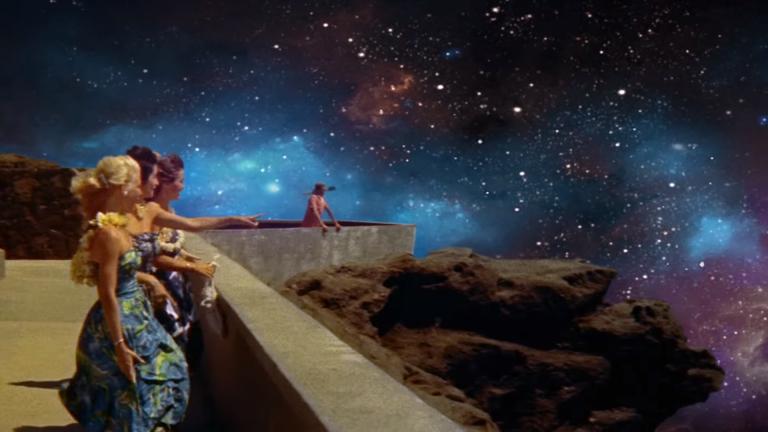 Las sureales imágenes del vídeo Up&Up de Coldplay