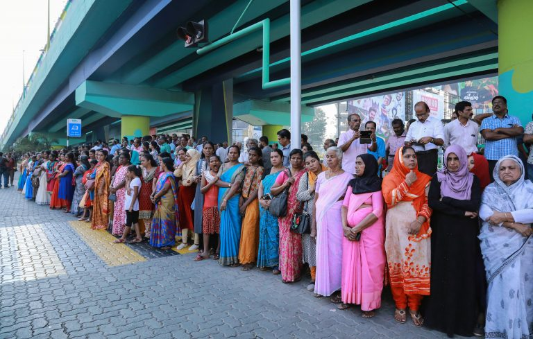 Mujeres indias forman 'un muro humano' de 620 kilómetros para exigir la igualdad