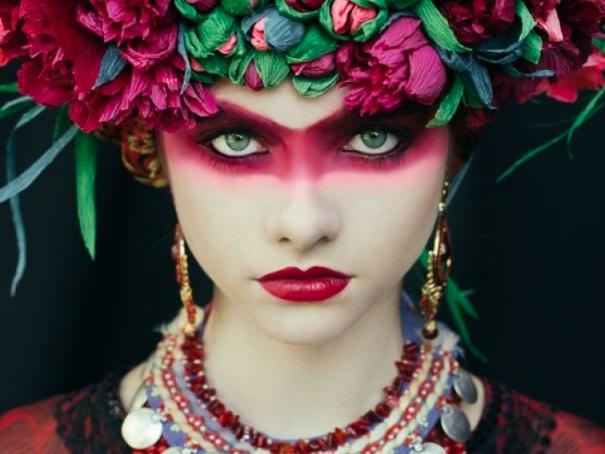 Producción de fotografía con las típicas coronas de flores eslavas