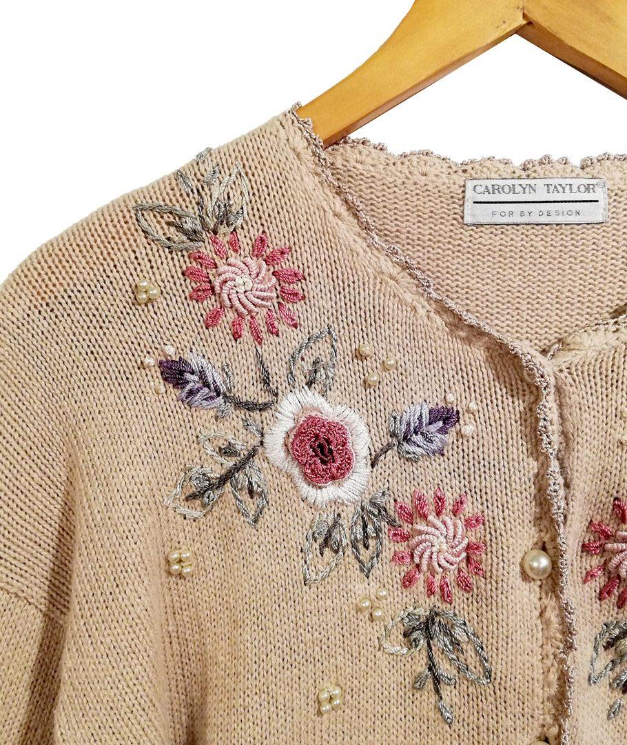 Chaleco beige bordado con flores
