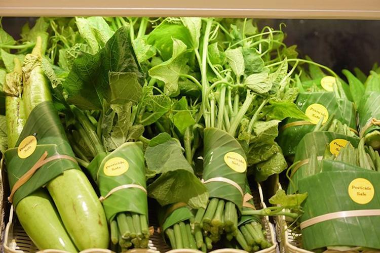 Supermercado en Asia sustituye los empaques de plástico por hojas de plátano