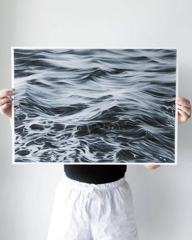 Artista dibuja la belleza de las olas del mar