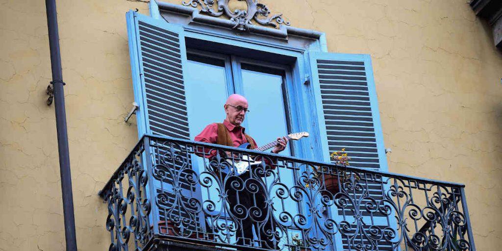Música se escucha desde los balcones en un mundo en cuarentena